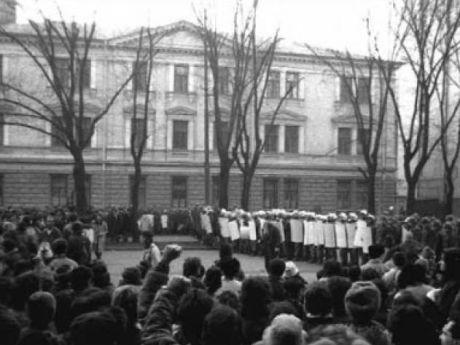 bucurestenii-fata-in-fata-cu-fortele-de-represiune-ale-lui-ceausescu-bd-magheru-sala-dalles-bucuresti-21-decembrie-1989